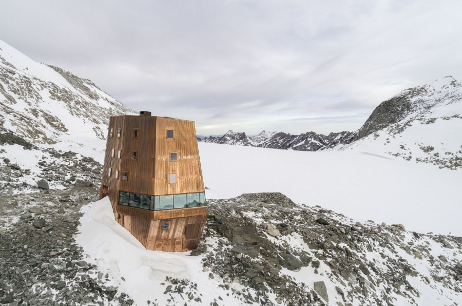 Mountaintop refuge at an altitude of 3,000 meters